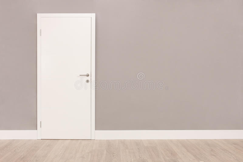 Witte deur in een lege ruimte stock foto