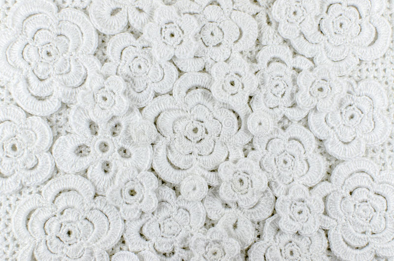 Witte die bloemen van wol worden gehaakt royalty-vrije stock foto's
