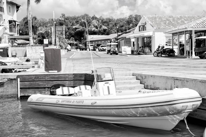 Witte die boot in overzees dok op tropische achtergrond wordt vastgelegd royalty-vrije stock fotografie