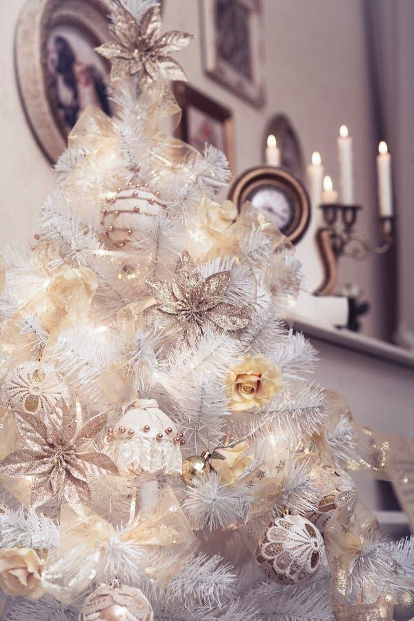 Witte die Kerstboom met rustieke hand wordt verfraaid - gemaakte ornamenten royalty-vrije stock fotografie