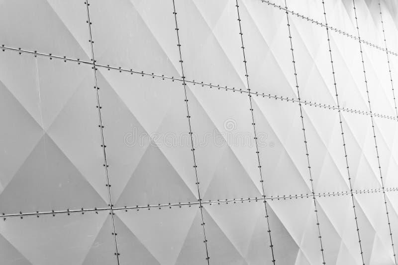 Witte die muurvoorgevel van metaalplaten wordt gemaakt royalty-vrije stock afbeelding