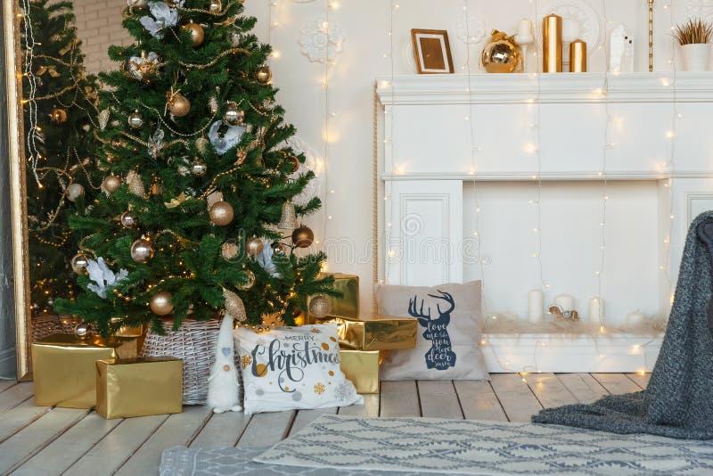 Witte die ruimte voor Kerstmis en Nieuwjaarvooravond wordt verfraaid royalty-vrije stock foto's