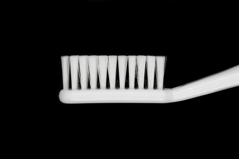 Witte die tandenborstel op zwarte achtergrond wordt ge?soleerd royalty-vrije stock afbeeldingen
