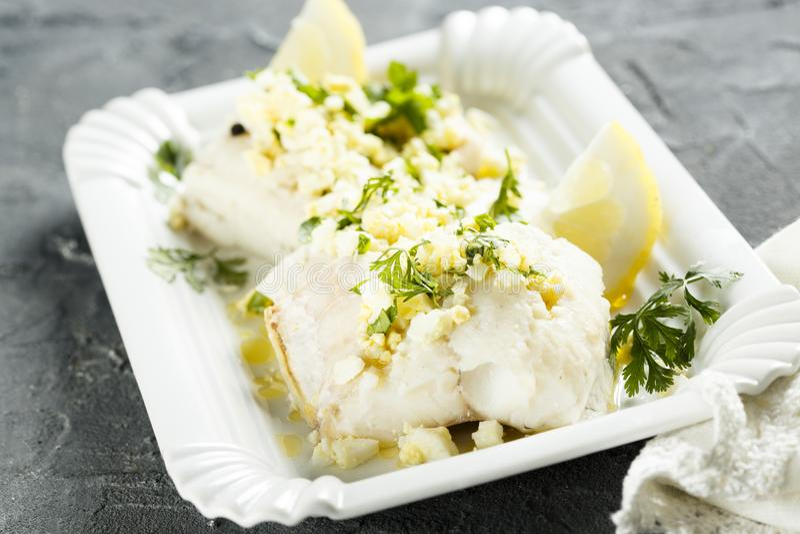 Witte die vissen met peterselie en citroensaus worden gekookt royalty-vrije stock fotografie