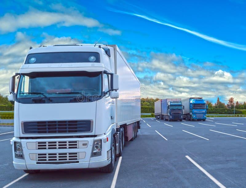 Witte die vrachtwagen in bewolkte dag wordt geparkeerd stock fotografie