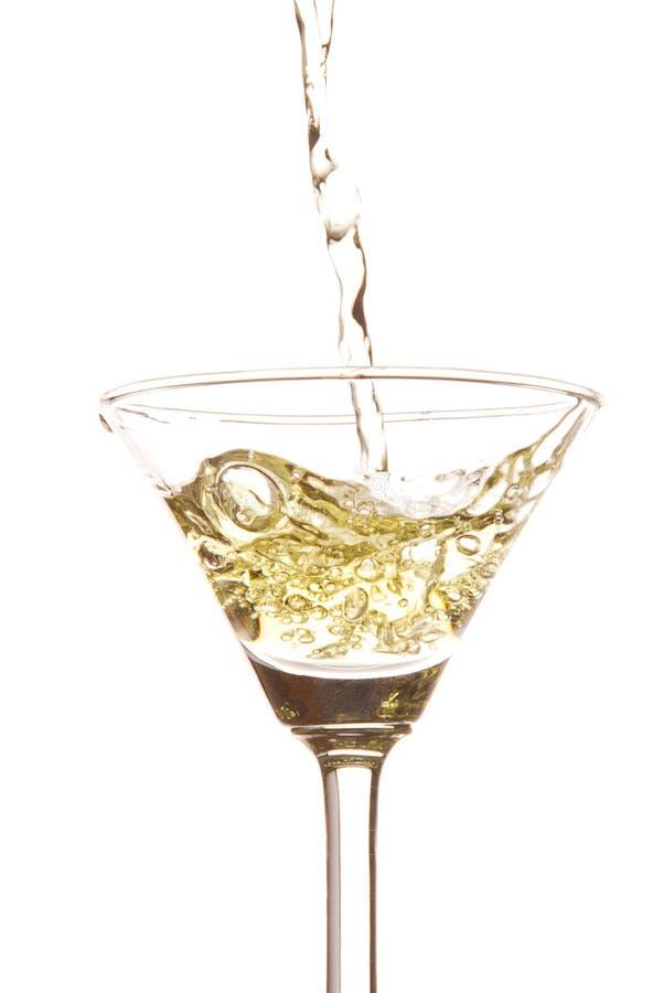 Witte die wijn in een wijnglas wordt gegoten royalty-vrije stock afbeeldingen