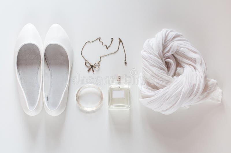 Witte dingen, schoenen, sjaal, parfums en juwelen stock afbeeldingen
