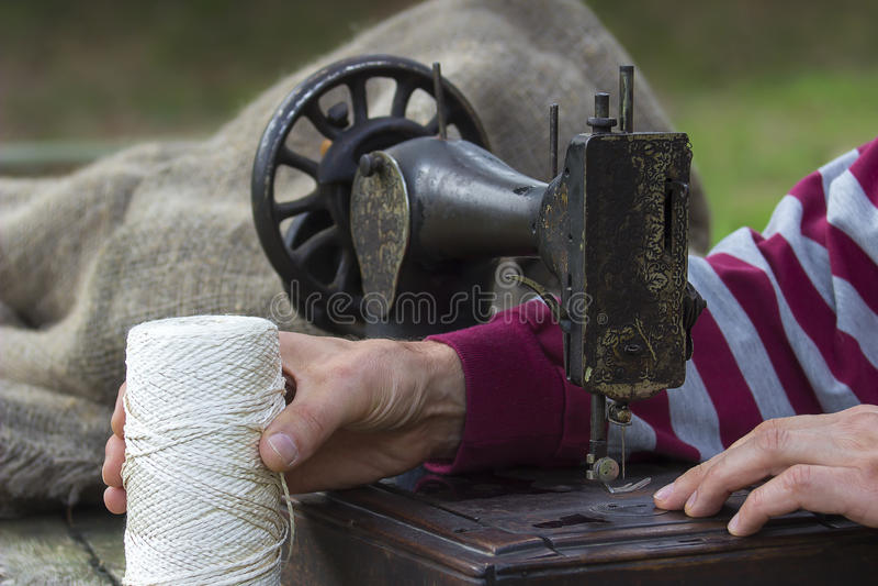 Witte draad en antieke naaimachine stock afbeelding