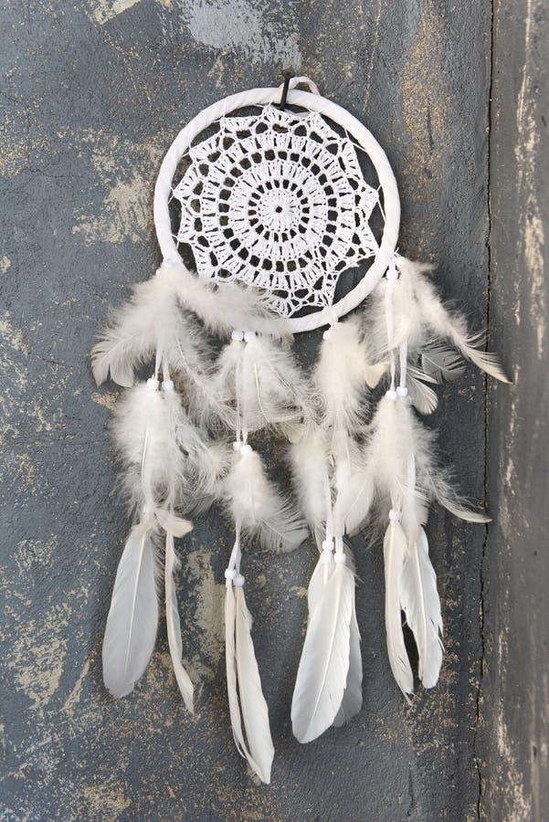Witte dreamcatcher dichte omhooggaand op donkergrijze geweven achtergrond royalty-vrije stock fotografie