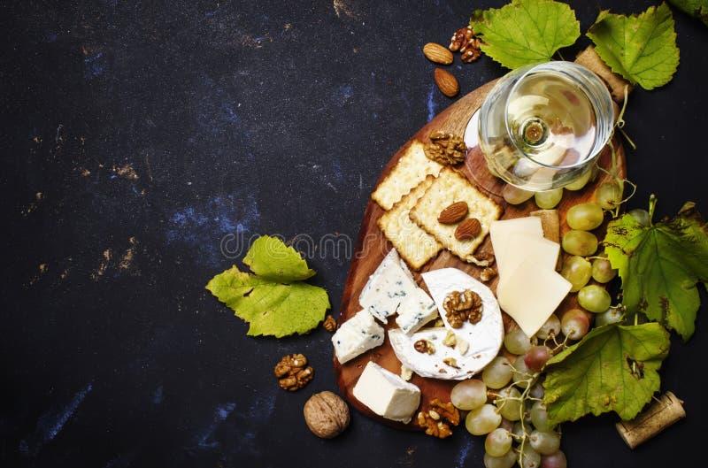 Witte Droge Wijn, Kaas met Vorm, Donkere Noten, Druif en Cracker, stock afbeelding