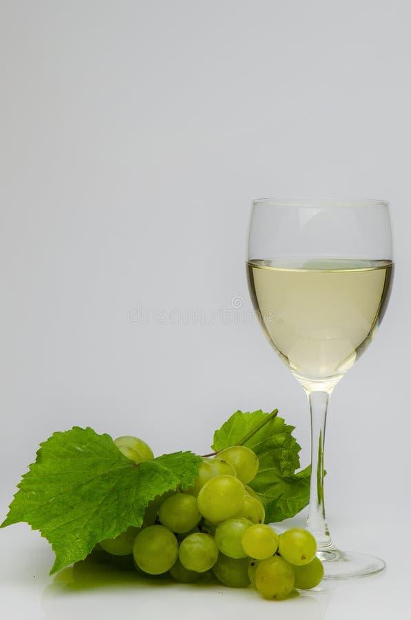 Witte druiven en witte wijn stock foto