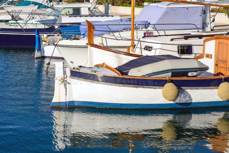 Witte dure jachten op de achtergrond en de oude houten boten Jachtparkeren in Cannes, Frankrijk Middellandse Zee Close-up royalty-vrije stock afbeeldingen