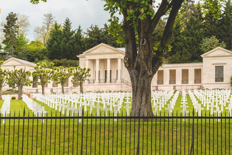 Witte dwarsgroepering in de Amerikaanse militaire begraafplaats van Sures stock fotografie