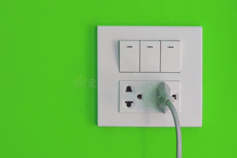 Witte elektrische afzet en schakelaar opgezet op blauwe muur royalty-vrije stock afbeeldingen