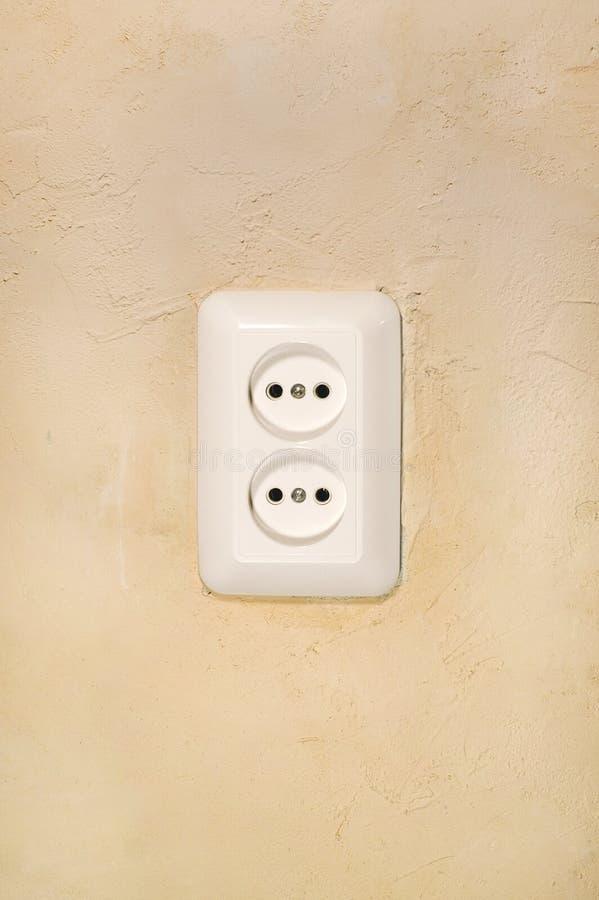 Witte elektrische afzet op grintpleister. stock foto