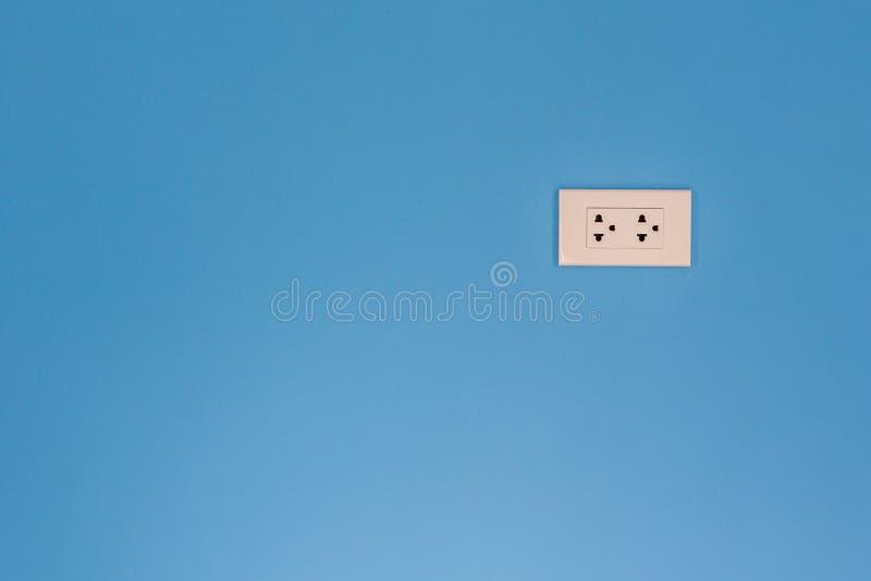Witte elektrische afzet opgezet op blauwe muur royalty-vrije stock foto