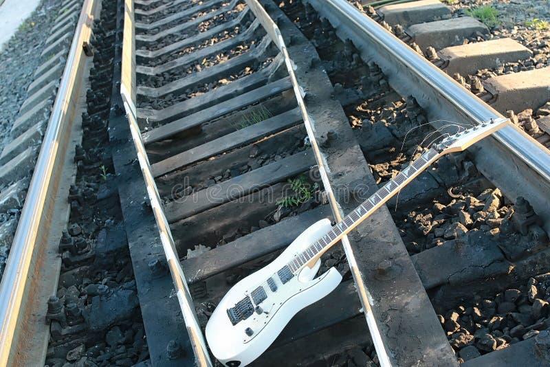 Download Witte Elektrische Gitaar Op De Spoorwegsporen En De Stenen Stock Foto - Afbeelding bestaande uit achtergrond, grint: 107707058