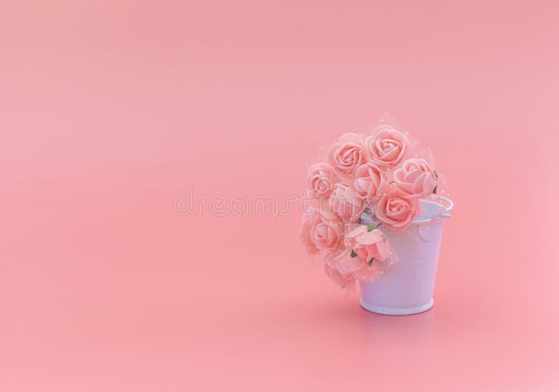 Witte emmer met bloemen op een roze achtergrond, het concept de vakantie, Moederdag, 8 Maart royalty-vrije stock foto