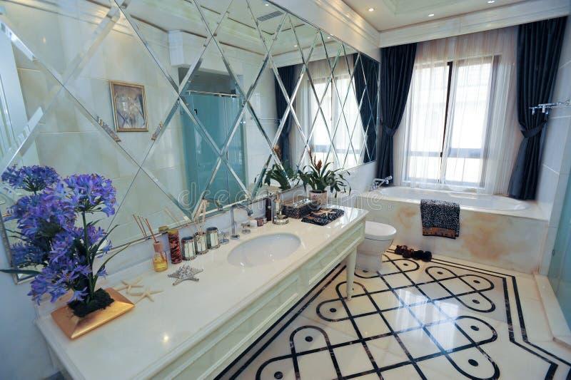 Witte en blauwe badkamers stock foto