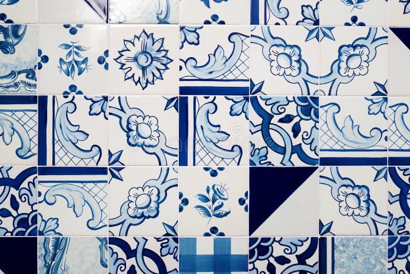 Witte en blauwe die tegels met abstracte decors worden verfraaid royalty-vrije stock foto's