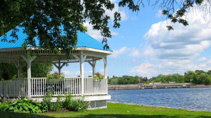 Witte en Blauwe Gazebo langs Trent Canal, Hastings, Ontario royalty-vrije stock fotografie
