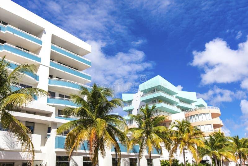 Witte en blauwe gebouwen in Oceaanaandrijving Het strand van Miami stock afbeelding