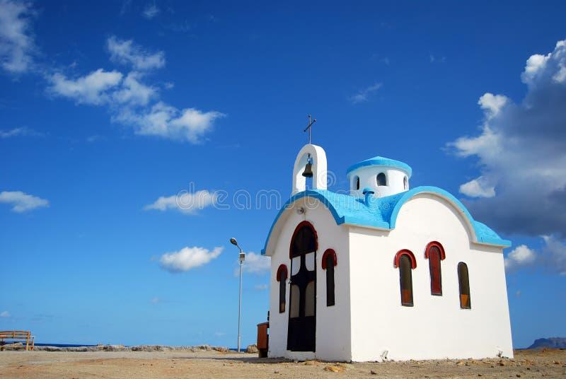 Witte en blauwe kerk op Kreta stock afbeeldingen