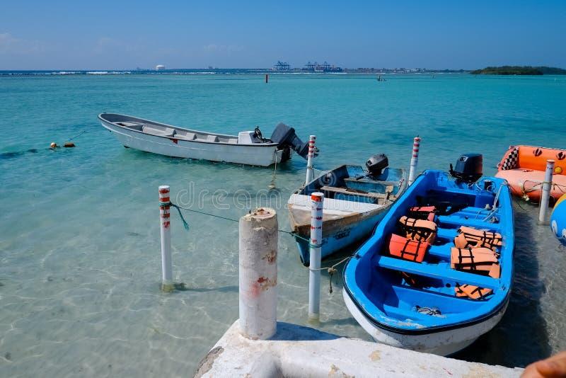 Witte en blauwe motorboten in de blauwe overzeese baaiscène Motorboot met reddingsvesten Toeristisch concept royalty-vrije stock afbeelding