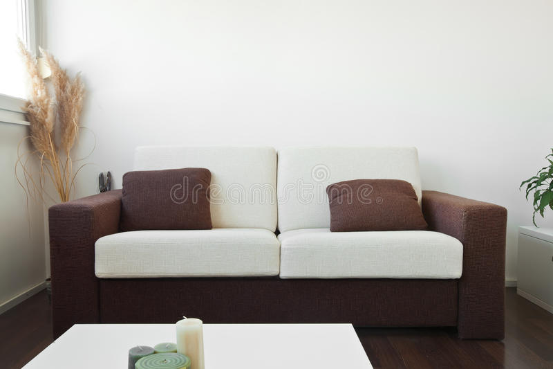 Witte en bruine stoffenbank royalty-vrije stock afbeeldingen