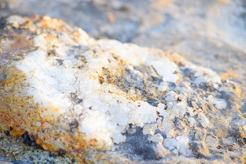 Witte en Gele Kristallen op Zandig - Geologische Achtergrond royalty-vrije stock afbeelding