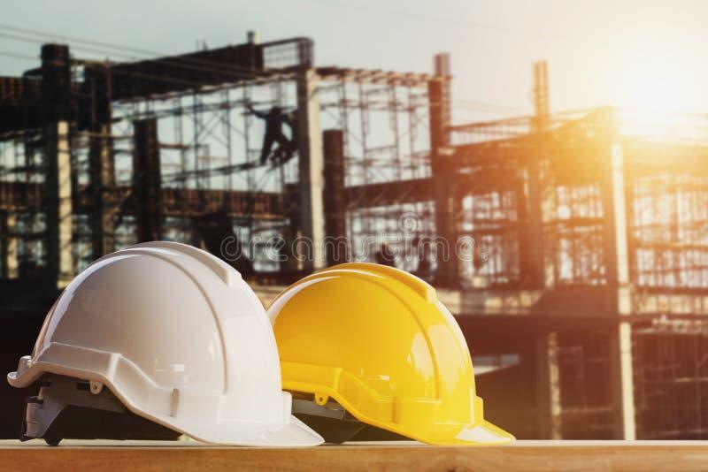witte en gele veiligheidshelm in bouwwerf royalty-vrije stock foto