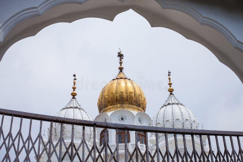 Witte en gouden koepels van moskees stock afbeelding