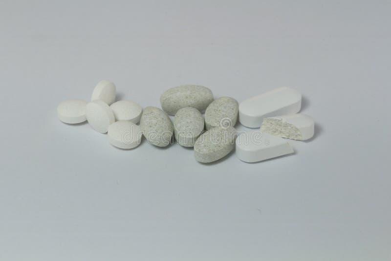 Witte en grijze geneesmiddel en vitaminen stock fotografie