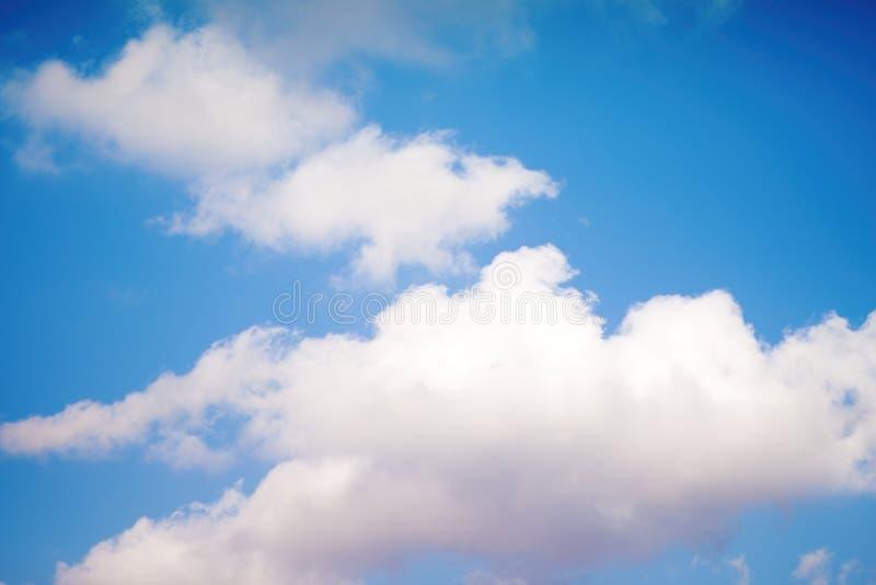 Witte en grijze pluizige wolken tegen de blauwe hemel royalty-vrije stock foto