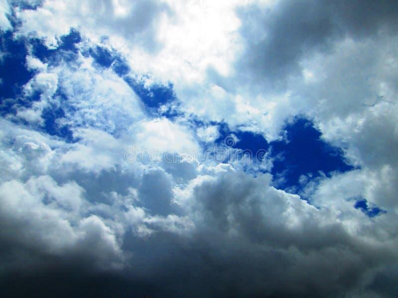 Witte en grijze wolken in blauwe hemel stock afbeelding