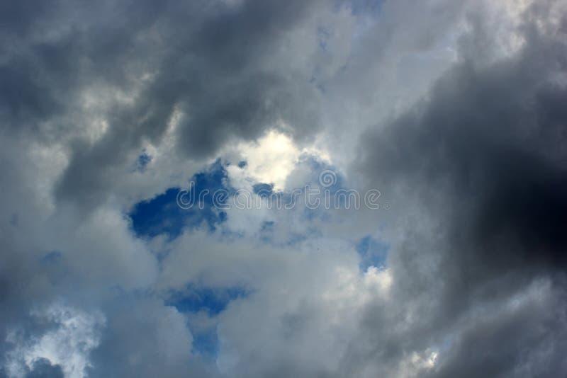witte en grijze wolken in de blauwe hemel royalty-vrije stock fotografie