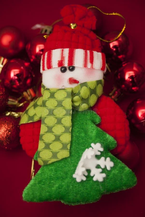 Witte en groene sneeuwman met Kerstmisornamenten stock foto's