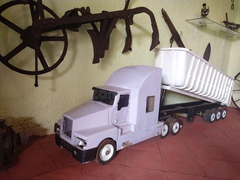 Witte en grote stuk speelgoed stortplaatsvrachtwagen royalty-vrije stock afbeeldingen