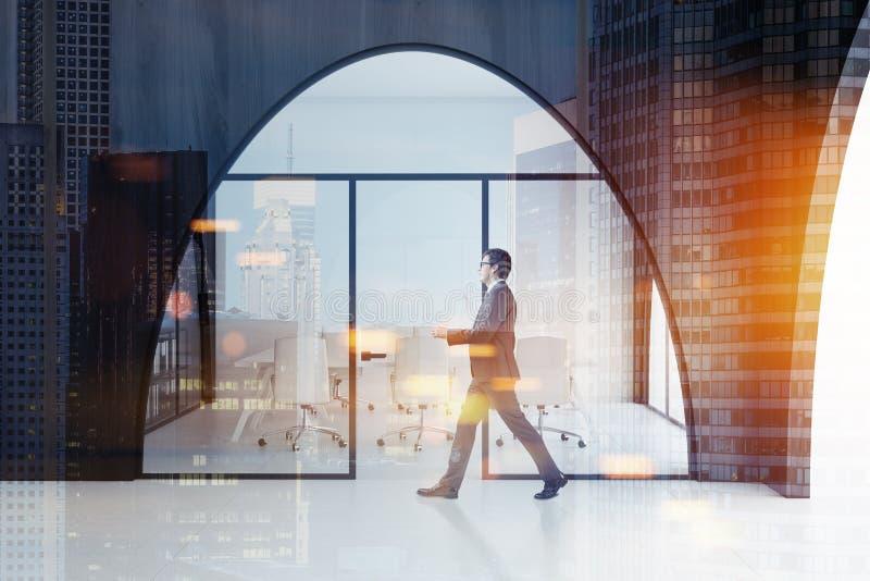 Witte en houten bureauvergaderzaal, mens stock afbeelding