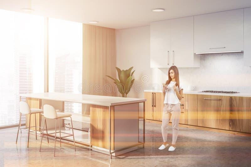 Witte en houten keukenhoek met bar, vrouw stock fotografie