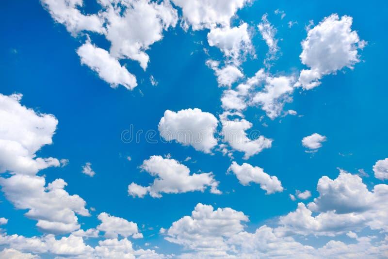 Witte en pluizige wolken op een blauwe hemel royalty-vrije stock afbeelding