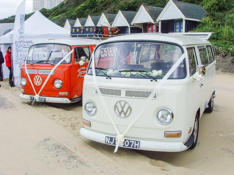 Witte en Rode Campervan met Witte Huwelijkslinten op Voorzijde royalty-vrije stock afbeelding