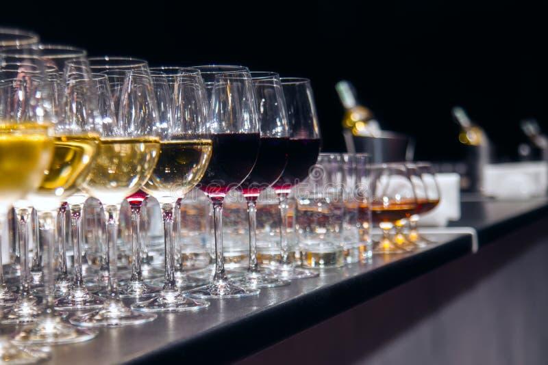 Witte en Rode wijnGlazen stock fotografie