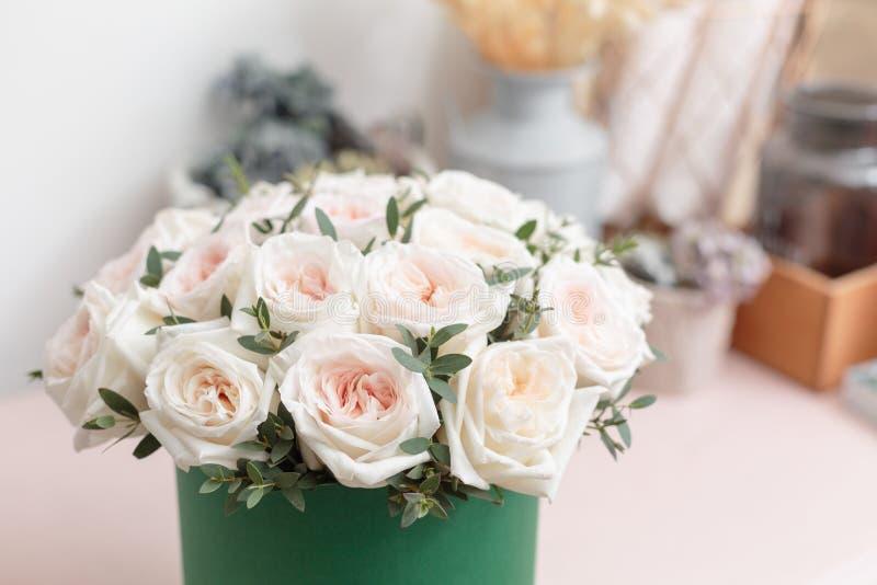 Witte en roze rozen Boeket van mooie bloemen op houten lijst Floristryconcept De kleuren van de lente het werk van stock fotografie