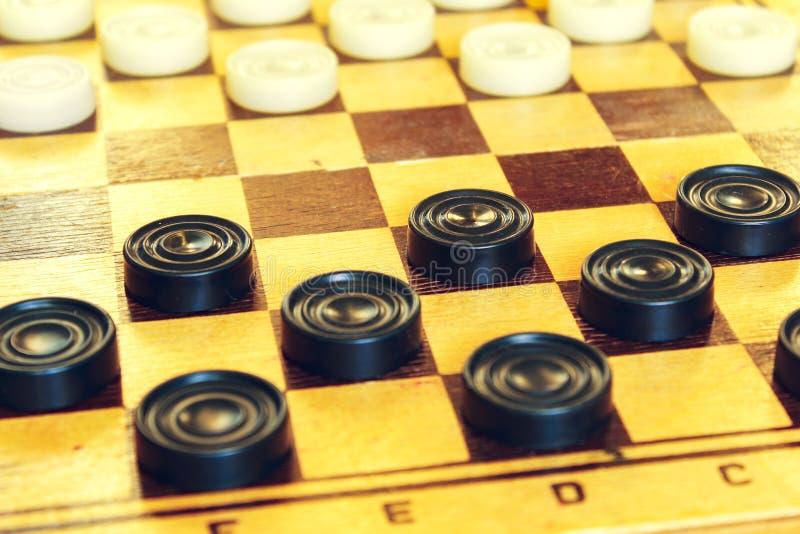 Witte en zwarte controleurs op de Raad royalty-vrije stock afbeelding
