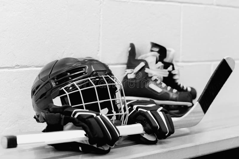 Witte en zwarte foto van het toestel van het meisjes` s hockey: helm, handschoenen, stokken, vleten met kant royalty-vrije stock foto