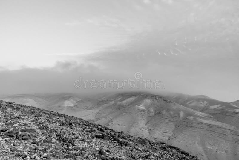 Witte en zwarte landschapsmening over de woestijnzonsopgang van de mysticus blauwe ochtend royalty-vrije stock foto
