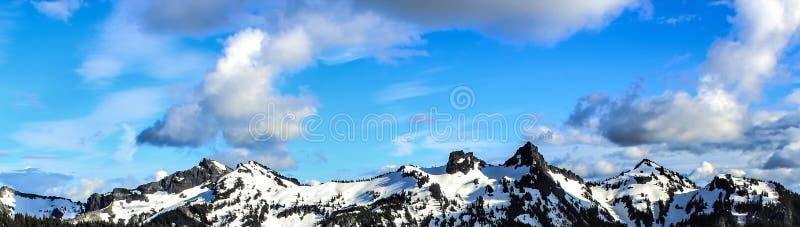Witte en Zwarte Sneeuwberg onder Blauwe Bewolkte Hemel royalty-vrije stock foto's