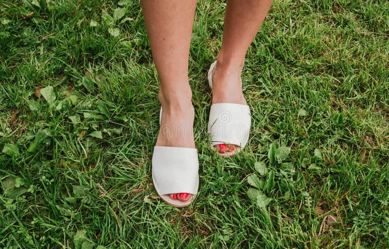 Witte espadrilles met open teen op vrouwelijke benen De schoenen van vrouwen royalty-vrije stock foto's