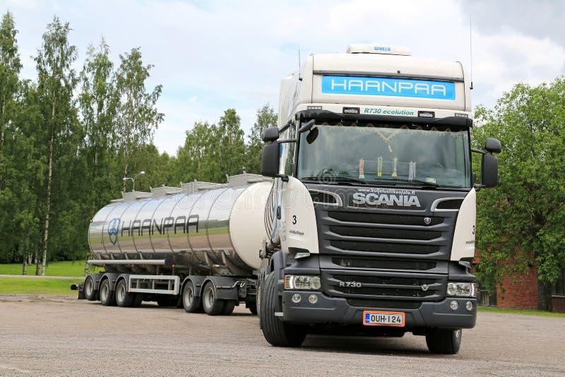 Witte Euro Tankwagen 6 van Scania R730 op Go stock foto's